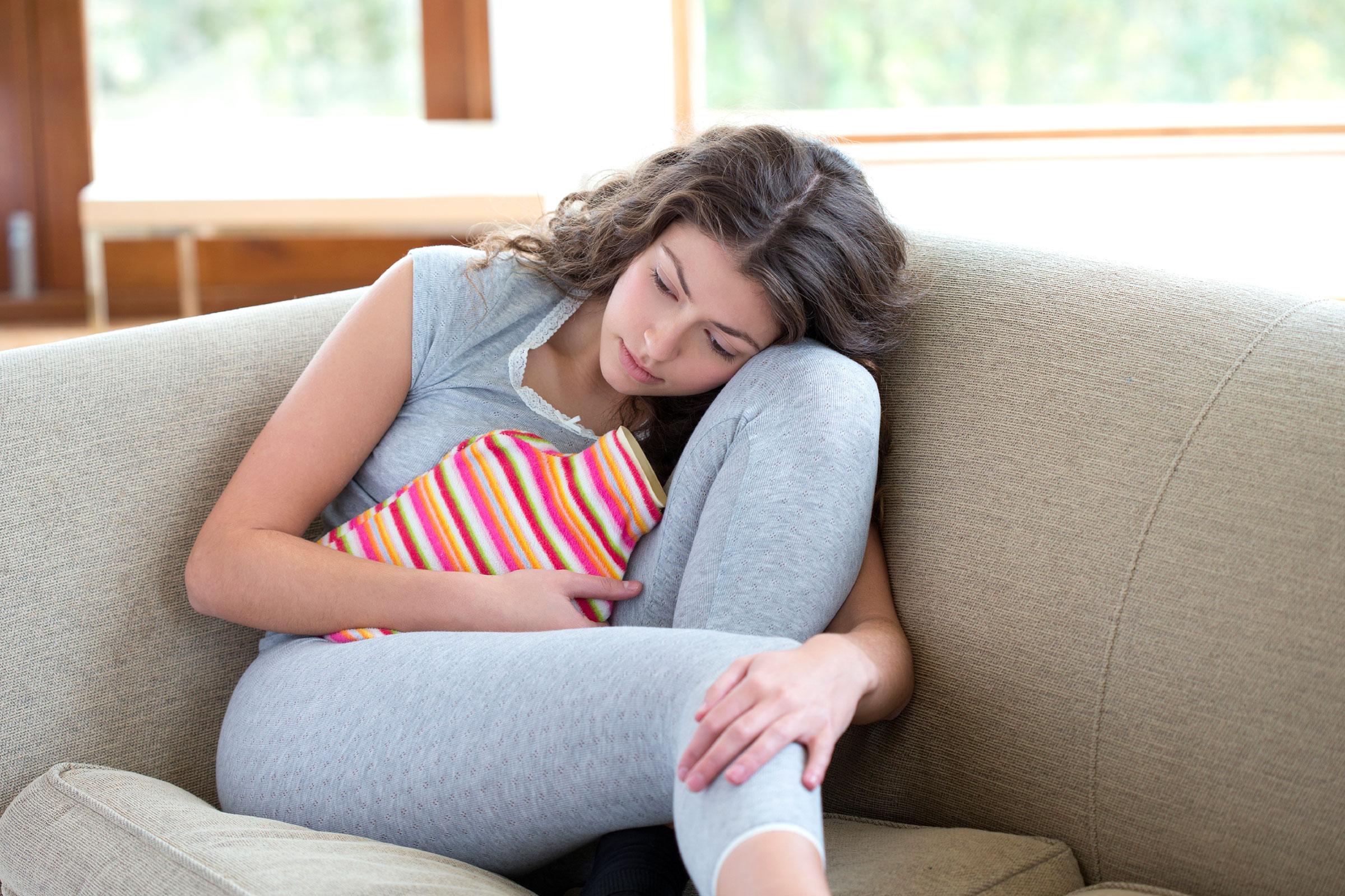Первые месячные удевочек (менархе): когда начинаются, ранние признаки взросления, патологические симптомы