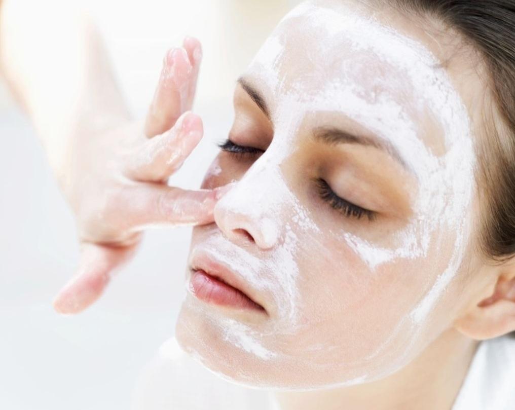 Гоммаж для лица: косметолог рассказала, для чего нужно средство и как его использовать | новости